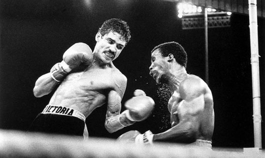 Arguello winning his second world title from Alfredo Escalera in 1978.