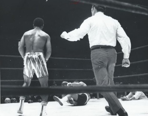 Duran down from the left hook in round one.