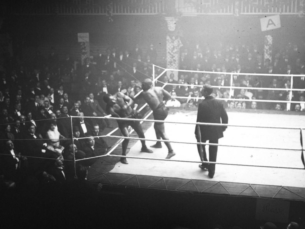 Langford (right) battles Joe Jeannette in Paris in 1913.