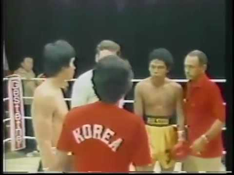Choi and Navarrete receive the referee's instructions.